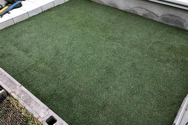 最高の空間!〜ホットプレートを楽しむ庭〜タイルデッキテラスを造っています★Part.④★人工芝で快適!綺麗な緑のあるお庭♡