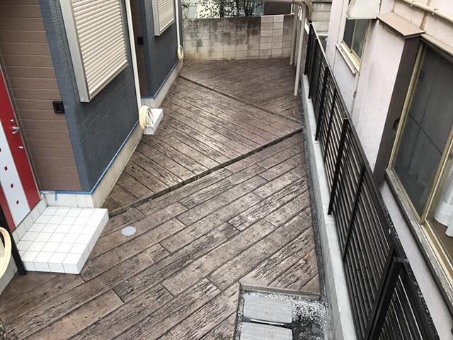 玄関アプローチの土間を全面こげ茶の枕木